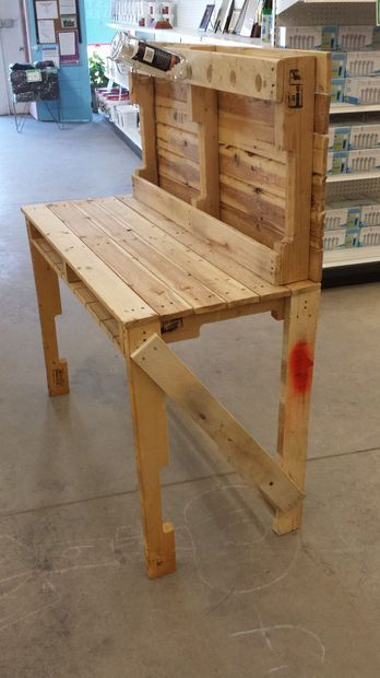 Wood Pallet Mini Bar. Would be cute for a mini wine bar outside on the deck. I would add the cross section below for additional wine storage and the top shelf for whiskeys and shot glasses. I would also cut a hole on the side of the table top for a small ice bucket. Eeekkkk super excited! !!!