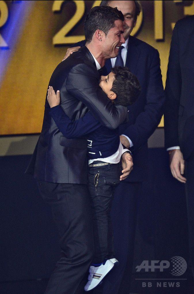 スイスのチューリッヒ(Zurich)で開催された2013年の国際サッカー連盟(FIFA)表彰で、世界年間最優秀選手「FIFAバロンドール(FIFA Ballon d'Or)」に選出され、息子のクリスティアーノ・ロナウド・ジュニア(Cristiano Ronaldo Junior)君と喜び合うクリスティアーノ・ロナウド(Cristiano Ronaldo、2014年1月13日撮影)。(c)AFP/OLIVIER MORIN ▼23Dec2014AFP|【写真特集】2014年ソーシャルメディアで話題のAFP写真20選 http://www.afpbb.com/articles/-/3034205