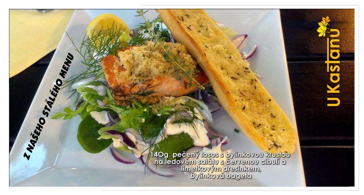 Pečený losos s bylinkovou krustou na ledovém salátu s červenou cibulí a limetkovým dresinkem. U Kaštanů Braník. http://www.ukastanu.cz/branik.html