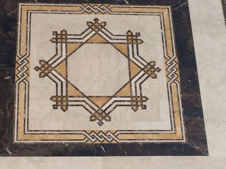 Composición de pequeñas piezas de distintos mármoles. Mosaicos tipo alfombra. #arquitectura #diseño #decoracion #marmol #cremamarfil #interiorismo #mosaicos