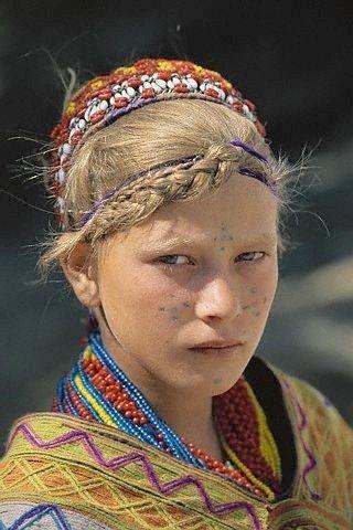Jeune fille Kalash blonde avec des tatouages faciaux