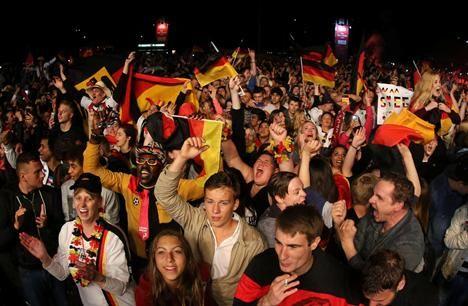 """Gjorde guldfrimärken - innan finalen Publicerad 2014-07-14 BERLIN. Fem miljoner frimärken med texten """"Tyskland världsmästare i fotboll 2014"""" trycktes i Tyskland - redan innan finalen hade spelats. Frimärkena börjar säljas på torsdag.(TT)"""