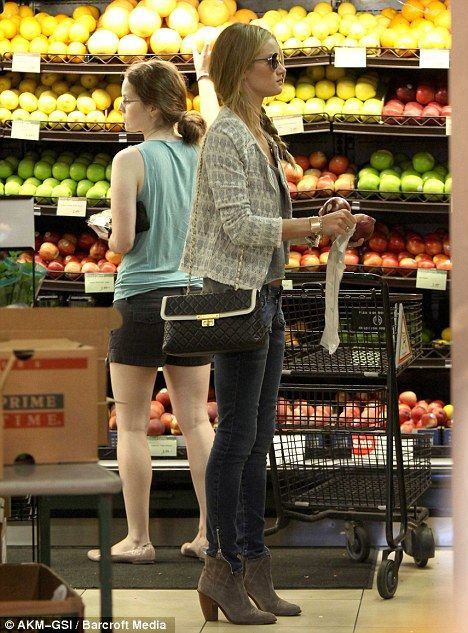 even grocery shopping she looks good!
