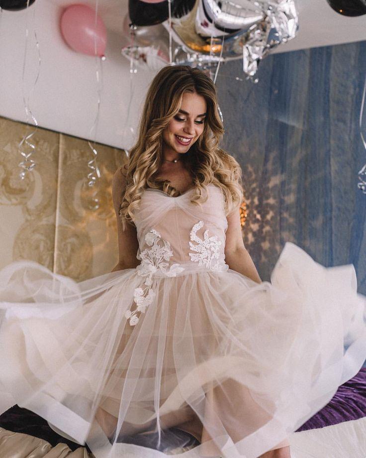 """Короткое свадебное платье Nude Soul от Boom Blush напоминает по стилю свадебные платья 2017 от Hayley Paige (Хайли Пэйдж), Vera Wang (Вера Вонг) и Watters (Ваттерс) и представлено эксклюзивно в салоне """"Фата и Перья"""". Больше в нашем инстаграм ☝"""