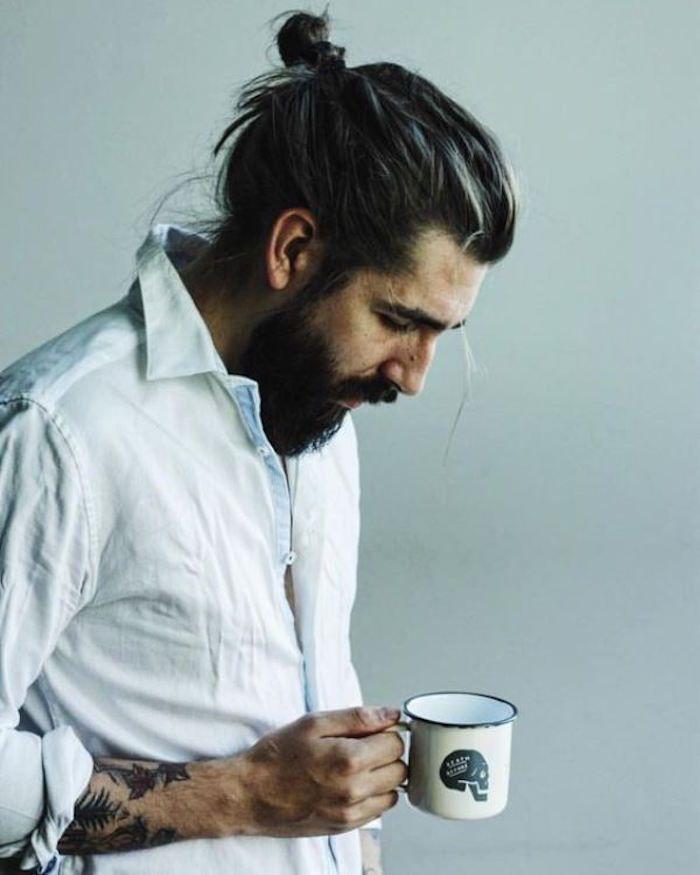 homme avec couette cheveux longs et barbe chignon