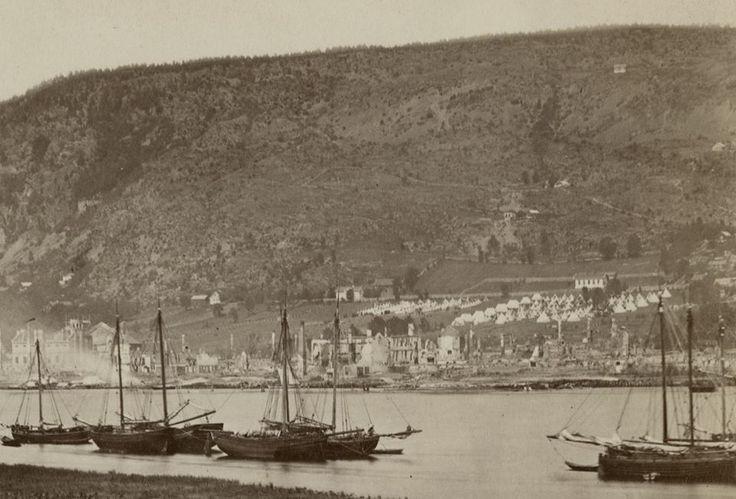 Den store bybrannen i Drammen i 1866 utraderte store deler av Bragernes. 388 hus brant ned og 5.000 mennesker ble husløse. På bildet kan man i tillegg til nedbrente hus se teltleiren som ble etablerte for å huse de som hadde mistet hjemmene sine.