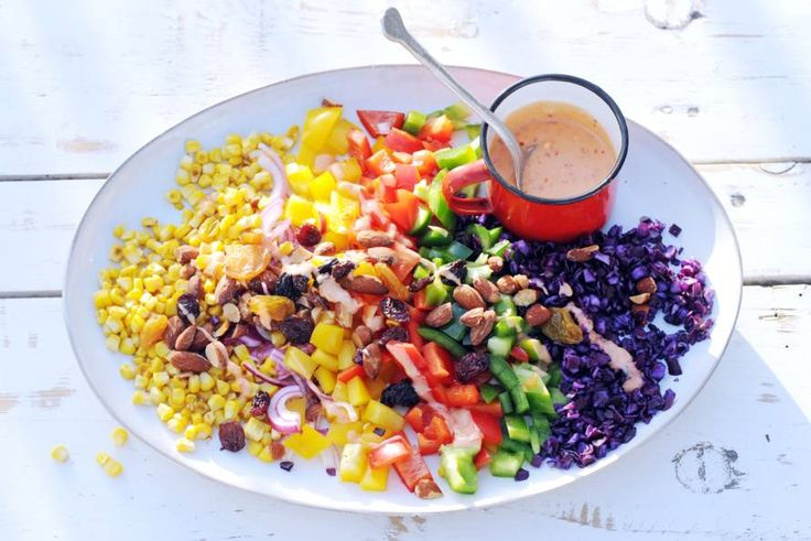 Barbecue vanavond? Serveer deze veelzijdige, kleurige salade, mét gegrilde mais - Recept - Allerhande