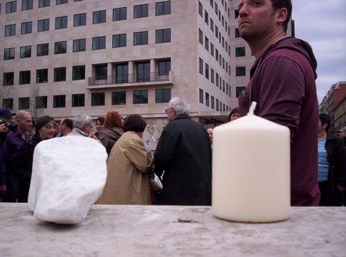 """Újra civilek tiltakoztak minap a Szabadságtéren a német megszállás áldozatainak tervezett emlékműve ellen. Az """"Eleven emlékmű - az én történelmem"""" Facebook-csoport által szervezett flashmob résztvevőit az eső sem riasztotta el. Több százan jelentek meg kövekkel..."""