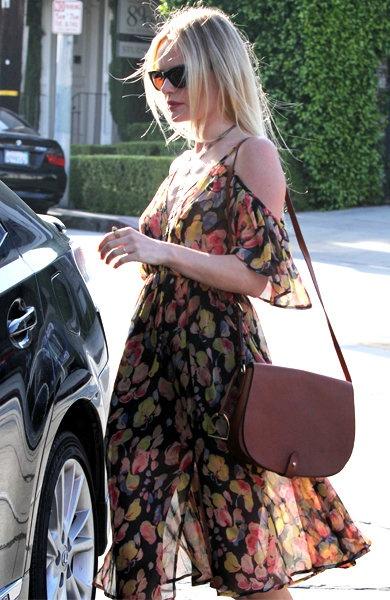 Kate Bosworth, the dress of TOPSHOP,  Saddle Bag of Ralph Lauren ケイト・ボスワース、トップショップのワンピースにラルフ・ローレンのサドルバッグを合わせて 2012.06