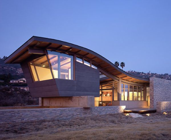 Beach house with unusual roof design at coastal edge of the Palos Verdes Peninsula - Marmol Radziner