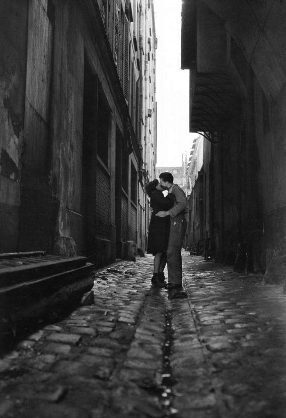 Les Amoureux Paris 1946 Photo: Jean-Philippe Charbonnier. So sweet. #getlucky curated by your friends at luckybloke.com