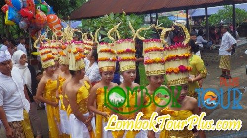 Bertepatan dengan perayaan upacara setahun sekali di Pura Lingsar Lombok yang disebut dengan perang topat pasti kita akan melihat tarian yang disebut dengan 'Rejang Dewa' :) ayoo ke Pura Lingsar bersama lombok Tour Plus dan lihat infonya di http://lomboktourplus.com/blog/pura-lingsar-pura-yang-penuh-dengan-sejarah/ pastinya terkesan :)