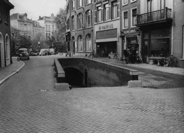 1953. Gezicht op de toegang naar het wed op de Ganzenmarkt te Utrecht.