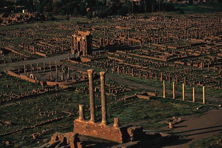 YannArthusBertrand2.org - Fond d écran gratuit à télécharger || Download free wallpaper - Timgad, l'arc de Trajan, wilaya de Batna, Algérie ...