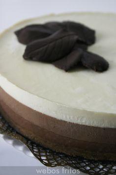 Esta tarta tres chocolates es muy conocida, pero no me resisto a ponerla, porque es un placer.Fácil, muy suave, y nada empalagosa. ¡Triunfo total!
