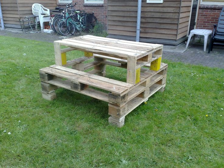 Here is a fun and useful way to repurpose pallet into a picnic table for your garden !