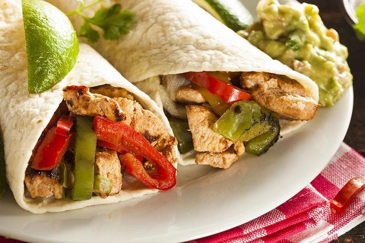 Lanières de poitrine de poulet mariné et grillé enveloppées dans des tortillas.    Mets d'origine mexico-américaine, très savoureux, dont la composition finale est faite à la table: toujours un succès avec les enfants.