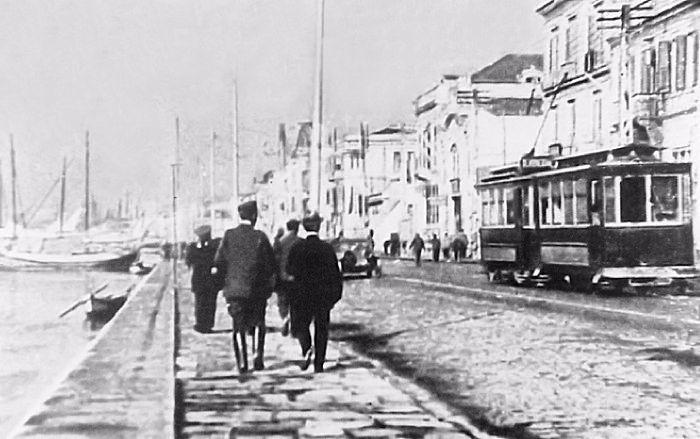 Στη Λεωφόρο Νίκης από το 1893 μέχρι το 1926 περνούσε το τραμ.Ακριβώς δίπλα από τις γραμμέσ του,υπήρχαν οι γραμμές του τραίνου που οδηγούσε από το λιμάνι στη Μίκρα,έγο των συμμαχικών δυνάμεων το 1916.
