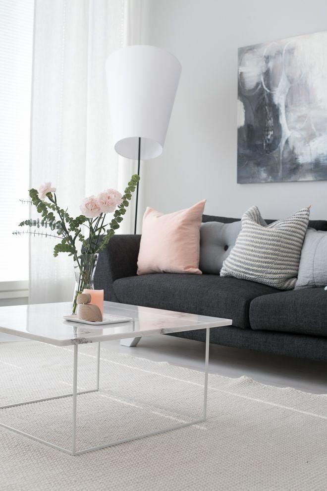 Moderni koti, moderni olohuone, olohuoneen sisustus, marmoripöytä, sisustustyynyt, kevätsisustus