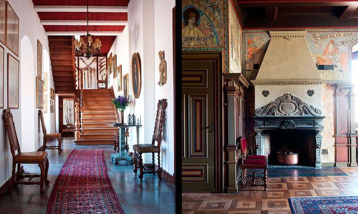 Det sägs att granitbordet i hallen är slipat av fångar på Varbergs fästning. Caleb Althin sneglade på renässansen när han renoverade matsalen. Den öppna spisen är daterad 1636.