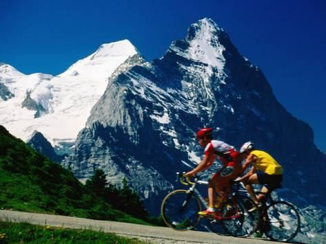 61 x 46cm  Cyclists in Front of Eiger and Snow-Covered Monch, Grosse Scheidegg, Grindelwald, Bern, Switzerland Reproduction photographique par David Tomlinson sur AllPosters.fr