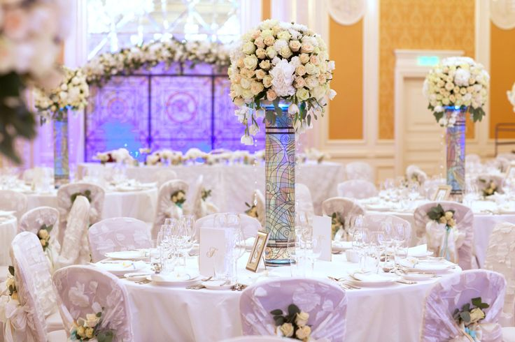 Витражная роспись- древний вид искусства стал основным и незабываемым акцентом в декоре свадьбы Алисы и Константина.