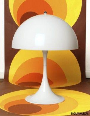 Vu dans ELLE Déco :   Lampe « Panthella », design Verner Panton pour Poulsen (Le Bon Marché, 530 €).  www.lebonmarche.com   Papier peint, design AS Création (Papierspeintsdirect.com, 24,90 € le lé de 3 m).  www.papierspeintsdirect.com