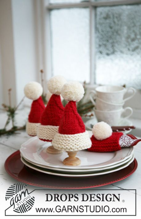 "Knitted DROPS Christmas egg warmers and Christmas serviette ring in ""Alaska"". ~ DROPS Design"