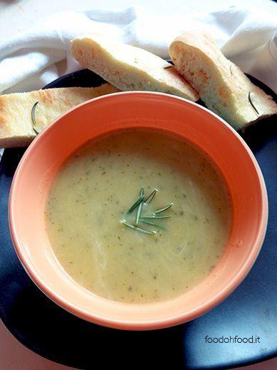 Leggera zuppa di zucchine e rosmarino
