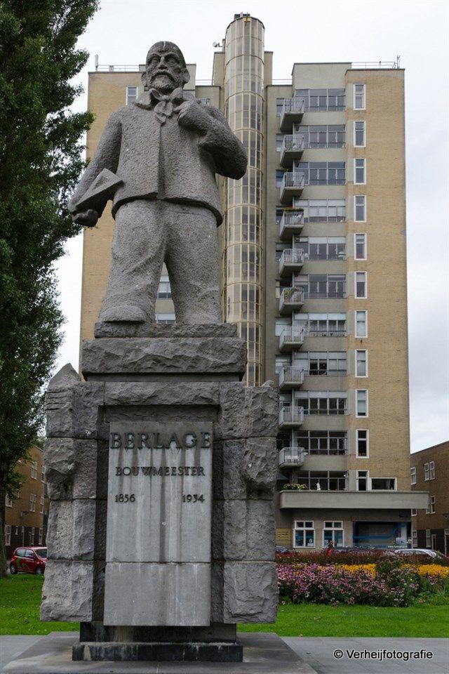 Standbeeld Berlage met op de achtergrond De Wolkenkrabber