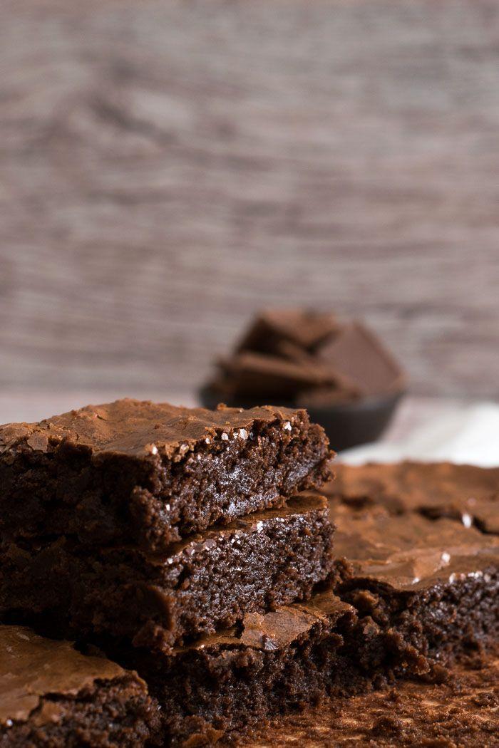 *Post originalmente publicado em 2012 e atualizado em novembro 2016* O que são brownies? Para mim, a melhorinvençãode doce já criada :) Declarações a parte, o brownie é um bolo que não é um bolo,…