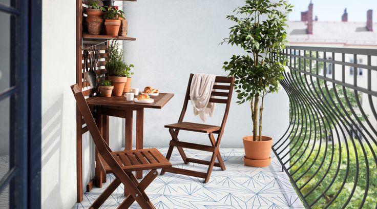 バルコニーに置いたÄPPLARÖ/エップラロー 折りたたみチェアとゲートレッグテーブル
