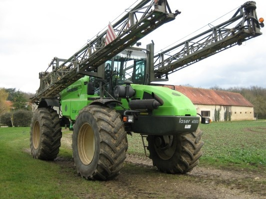 A Tecnoma self-propelled sprayer ready for use! Enjoy your week-end! Check out Tecnoma self-propelled sprayers at http://www.agriaffaires.co.uk/used/self-propelled-sprayer/1/4341/tecnoma.html