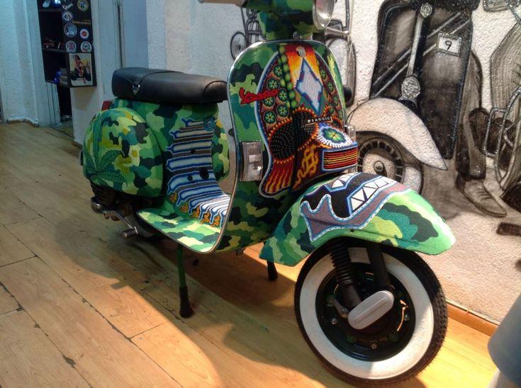 """Emir Velázquez es un artesano de vespas. Compra motocicletas usadas y se dedica a reinventarlas. Algunas con materiales reciclados, pedazos de basura o partes de otras motocicletas antiguas para tener diseños nunca antes vistos. Un trabajo poco común que consiste en convertir motocicletas normales y aburridas en """"motos con actitud"""", en sus propias palabras. Este […]"""