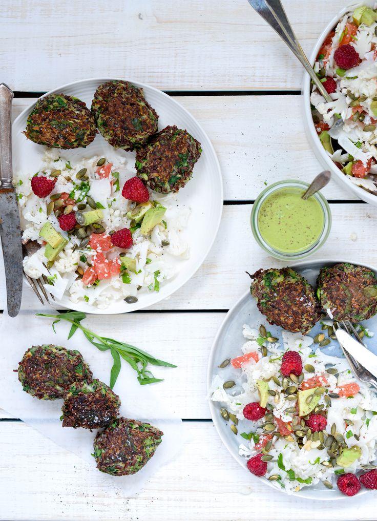 Risfrikadeller og blomkålssalat med grape, avokado, hindbær og estragon