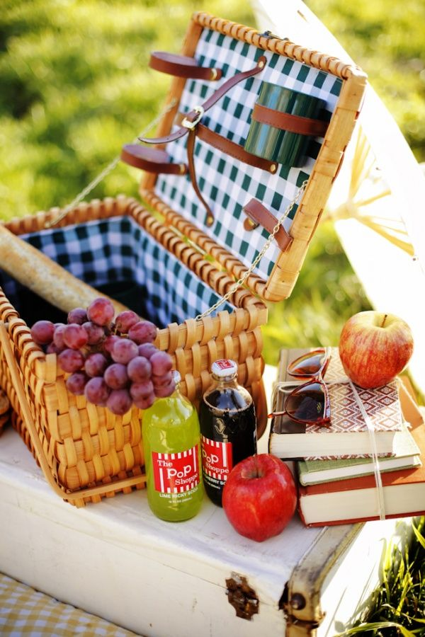 Would die for a picnic basket like this: