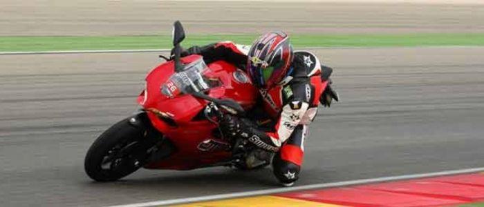 Ducati Panigale 899 Probamos esta esbelta belleza italiana en una de las pistas más rápidas del país y la hemos llevado al banco de ensayo.