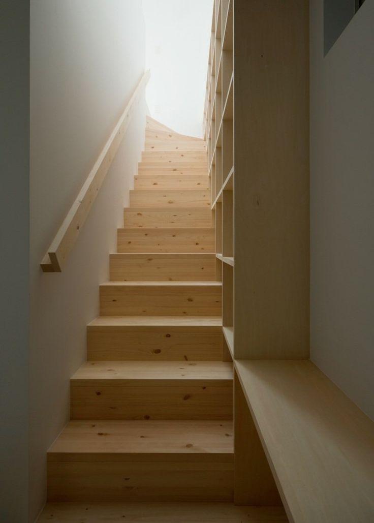 escalier en bois clair naturel avec main courante assortie et rangement
