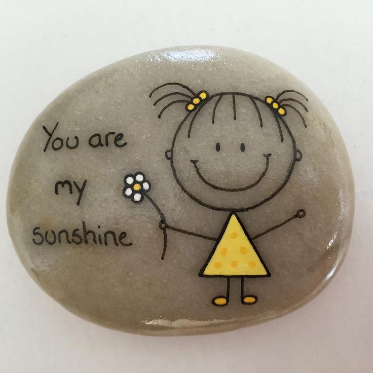 "78 mentions J'aime, 4 commentaires - Helena Stilling (@heartmadestoneart) sur Instagram : ""#artrocks #beachstone #crystalchild #cute #dåbsgave #girl #gul #happy #hobby #handmade #happyrocks…"""