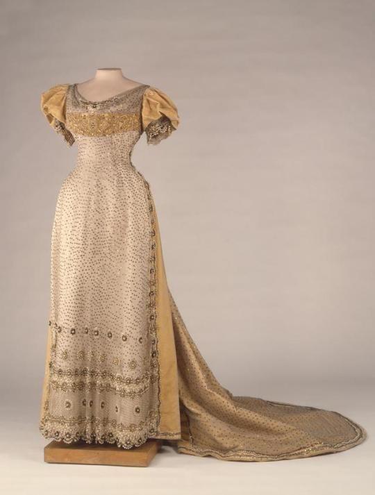 Evening Dress of Alexandra Feodorovna    c.1897    State Hermitage Museum