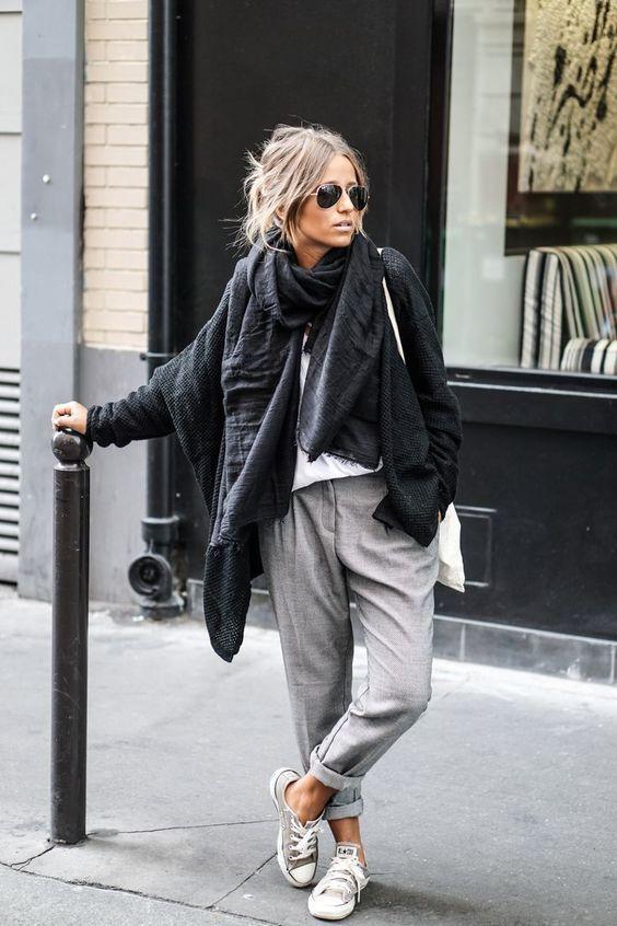 schwarze Strick Strickjacke mit einer offenen Front, weißes T-Shirt mit einem Rundhalsausschnitt, graue Chinohose, graue Segeltuch niedrige Sneakers für Damen