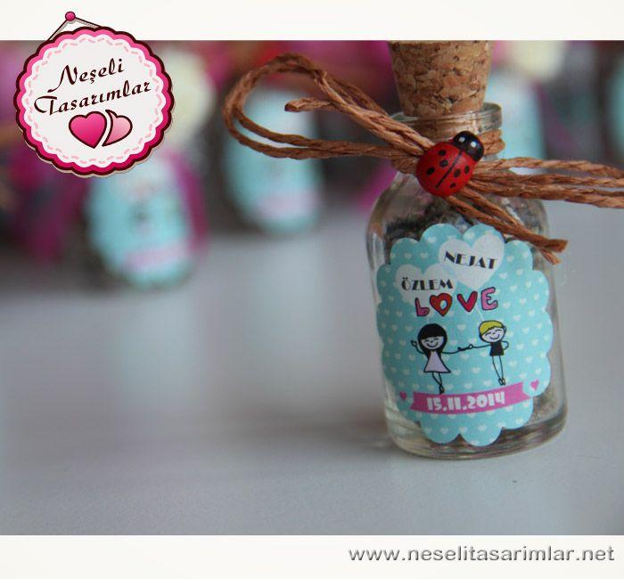 Düğün, nişan, kına, bekarlığa veda partilerinde konuklarınıza vereceğiniz çok şık bir hatıra mantarlı şişe .İsterseniz boş isterseniz lavantalı yada kalpli draje şekerli olarak ta satın alabilirsiniz.   Ebat: 4 cm çapında 6.5 cm uzunluğunda & 25cc #wedding #düğün #kına #bekarlığaveda #butiknikahşekeri #nikah