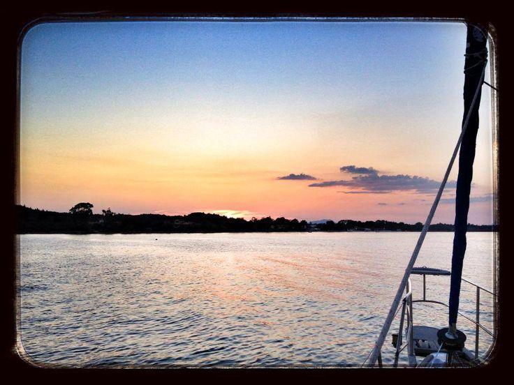 Corfù - Kavos 39^ 23.890 N - 20^ 6.403 E Luglio 2013 ore 21.15 Il sole tramonta tardi e noi ce lo prendiamo tutto.