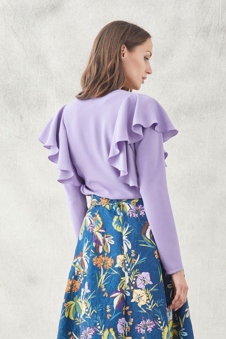 blusa malva confeccionada en crepecon manga larga y volantes en los hombres precioso escote en pico para combinar con faldas y pantalones ideal para invitadas de bodas eventos fiesta de apparentia