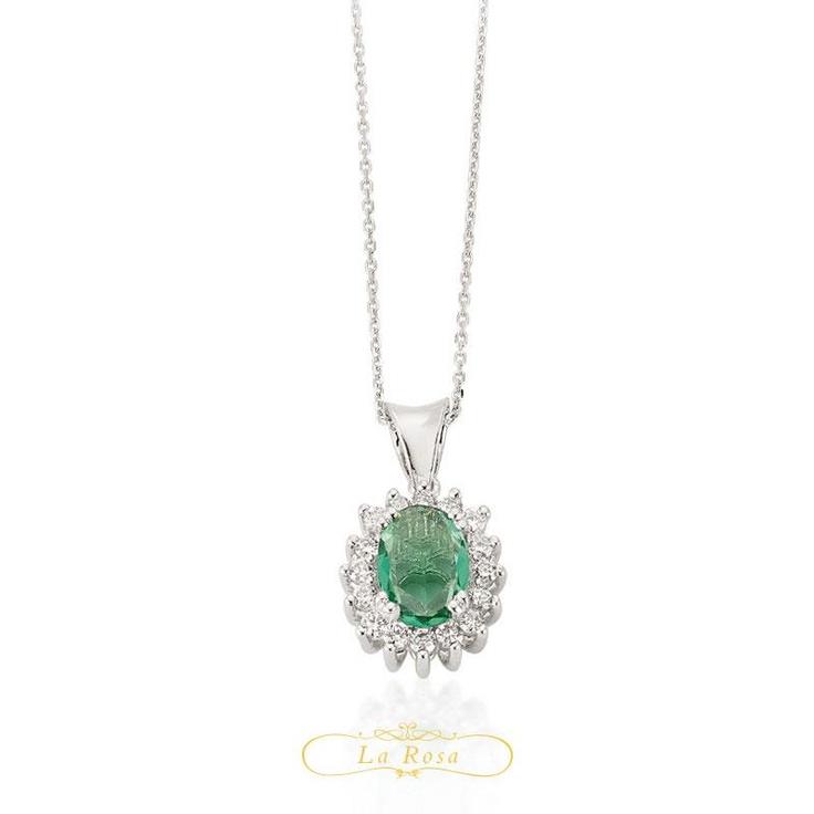 Pandantivul LRY267 este sofisticat, smaraldul central inconjurat de diamante dandu-i un aer regal. Pretul pandantivului LRY267 din aur 18K, diamante si smarald este 2851 lei.  http://www.bijuteriilarosa.ro/bijuterii-cu-diamant/pandantive/pandantivul-lry267