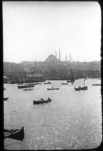 Istanbul Mosquée Süleymaniyé  LégendeLa Corne d'Or, prise du bateau.  Photographe Roy, Lucien (architecte). Date prise vue 1908.