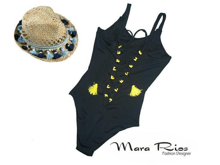 Traje de baño negro con escote en espalda, detalles en amarillo. Fashion