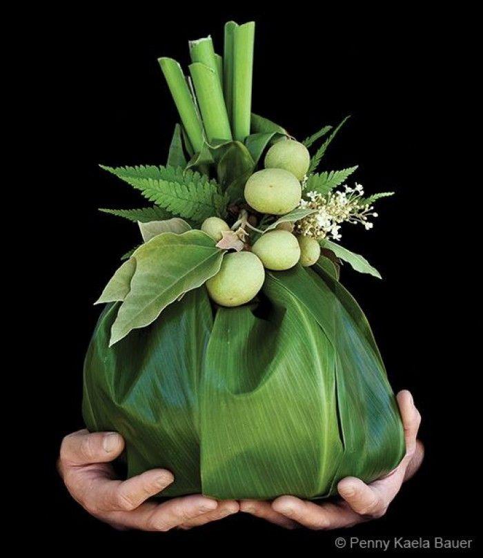 een leuk kado ,van grote bladeren. en andere bloemen een kado maken ,met een…