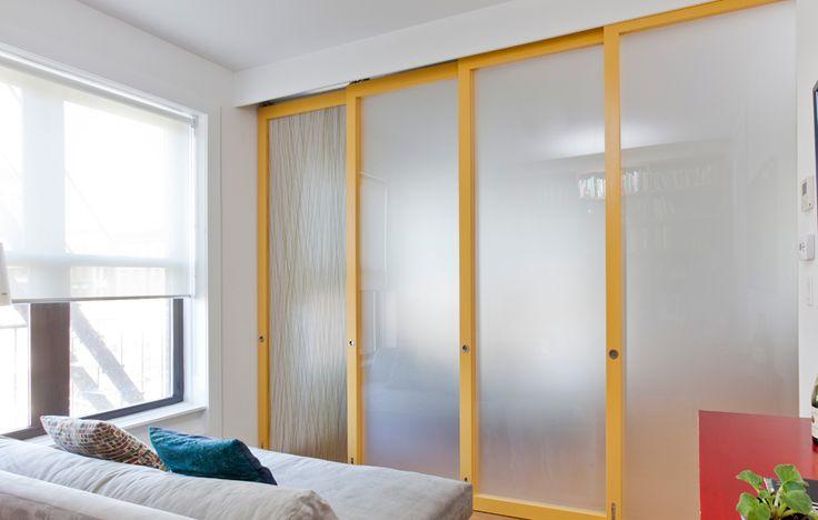 木製フレームとアクリル樹脂の半透明パネルのスライドドアで仕切られるリビングの一画 小部屋側から ドアを閉めたところ                                                                                                                                                                                 もっと見る