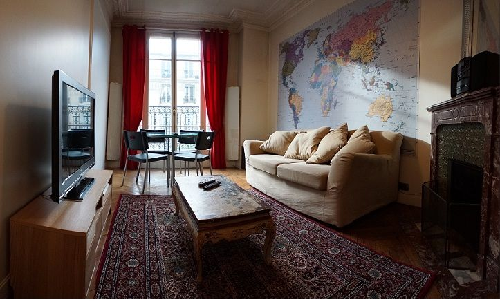 Located rue La Fayette this large apartment is on the 4th floor with lift access of a traditional Parisian building with security door
